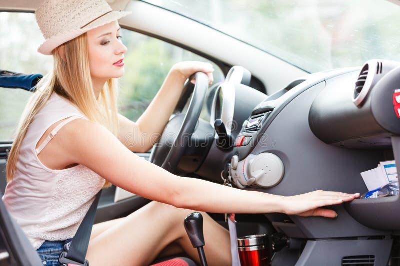Rozpraszający uwagę kobieta napędowy samochód, patrzeje dla coś zdjęcia stock