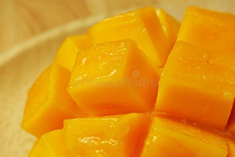 Rozprucie plasterka mangowi sześciany ciący obraz royalty free