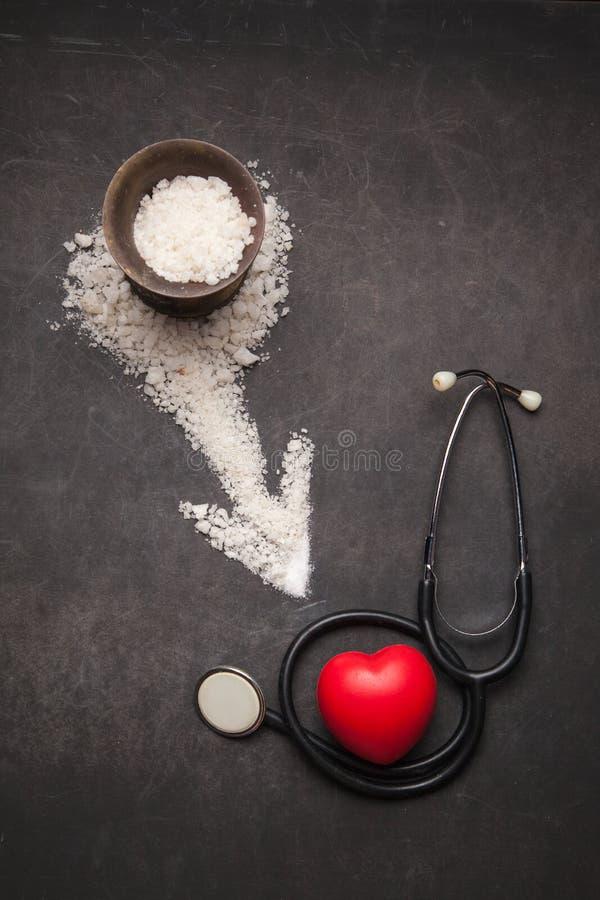 Rozpryskana sól na ciemnym tle z strzała od go zdjęcie stock