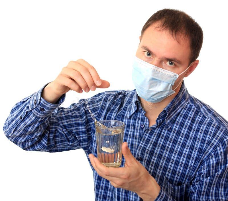 rozpuszcza mężczyzna pigułkę maskową medyczną fotografia stock