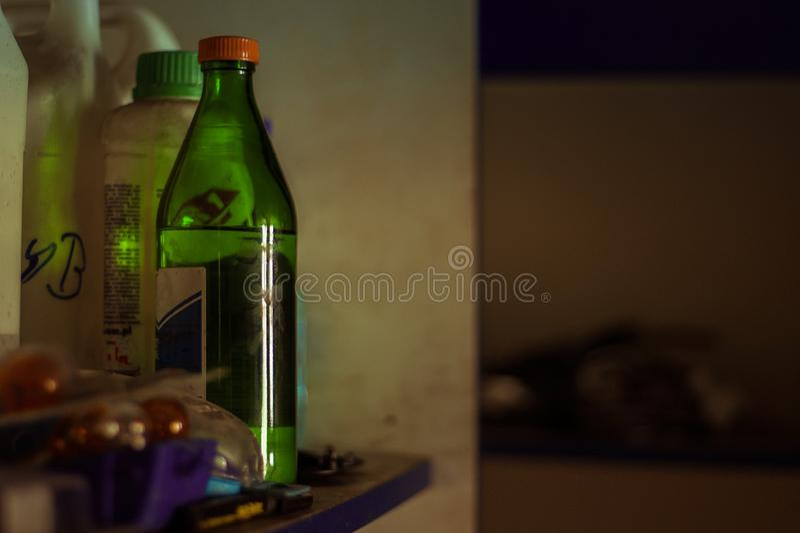 Rozpuszczalnik w butelce na garaż półce zdjęcia stock