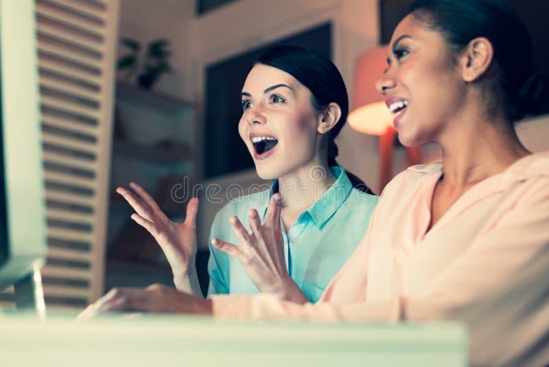 Rozradowane kobiety emocjonalnie reaguje online zadawalać fotografia stock