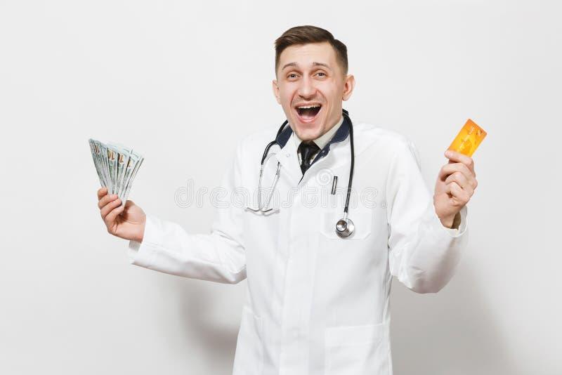 Rozradowany potomstwo lekarki mężczyzna odizolowywający na białym tle Samiec lekarka w medycznym jednolitym stetoskopu mienia pli zdjęcia stock