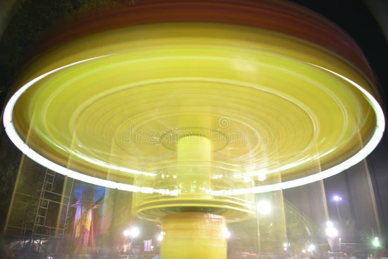 Rozrywkowej uczciwej przejażdżki ujawnienia nocy długa fotografia przy Numaish Hyderabad obrazy stock