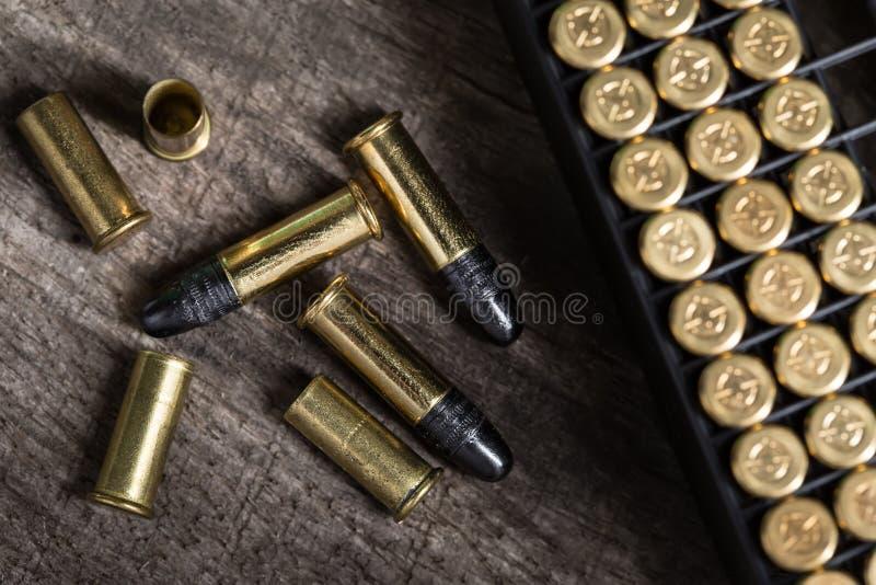 Rozrzucanie małe kaliber ładownicy na drewnianym obraz stock
