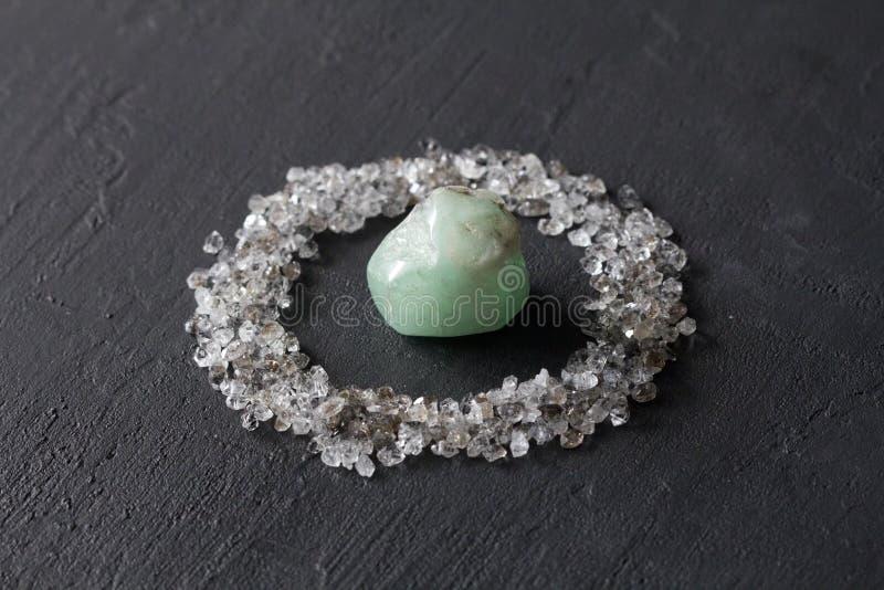 Rozrzuceni diamenty na czarnym tle Surowi diamenty i kopalnictwo, rozrzucanie naturalni diamentowi kamienie Grafitowa kwarc zdjęcie stock