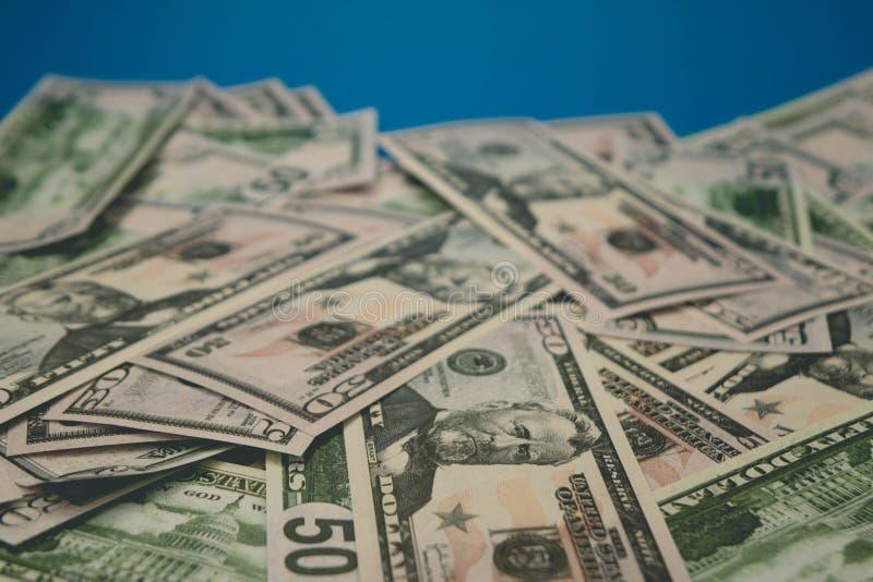 Rozrzuceni dolarowi rachunki w g?r? pi??dziesi?t dolar?w b??kita t?a zdjęcie royalty free