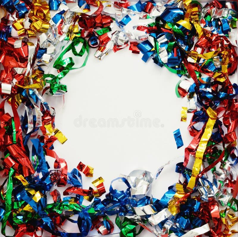 Rozrzuceni kolorowi confetti na białym papierze obrazy stock