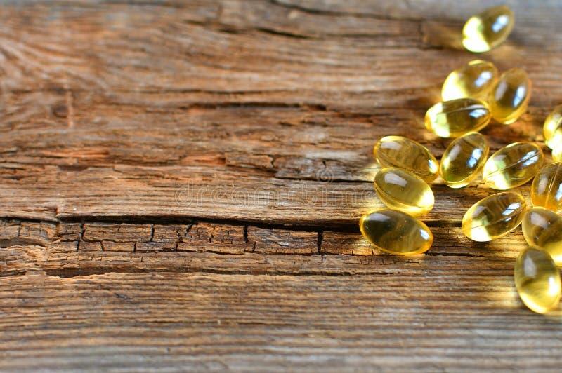 Rozrzucona omega 3 witaminy kapsuły w górę, makro- obrazy royalty free