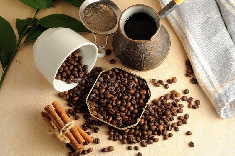 Rozrzucone kawowe fasole z cynamonem zdjęcia stock