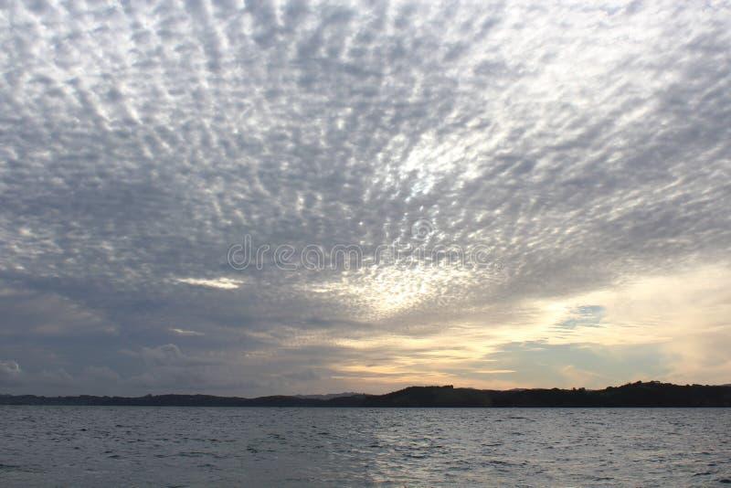 Rozrzucony chmury światło Wczesnym półmrokiem zdjęcie royalty free
