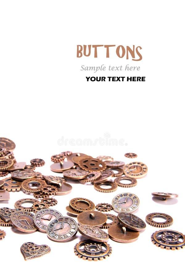 Rozrzucony rocznika groszaka metal zapina na białym tle, sercach i zegarów kawałkach, kształtującym jak przekładnie, Parowy ruch  obrazy royalty free