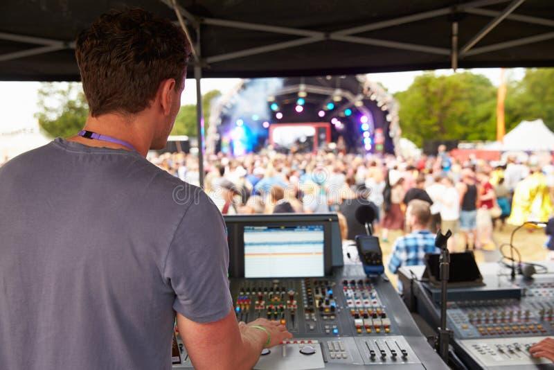 Rozsądny i oświetleniowy inżynier przy plenerowym festiwalu koncertem zdjęcia royalty free