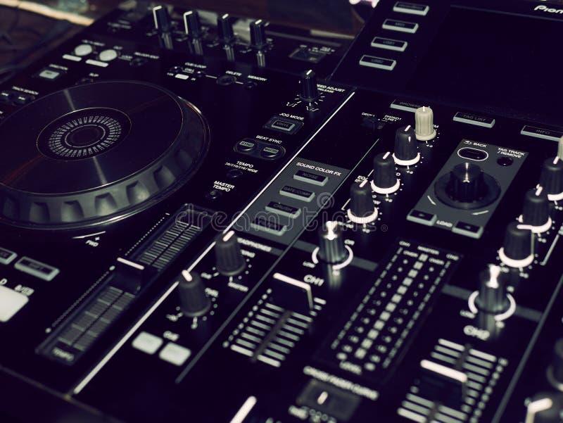 Rozsądny miesza konsola szczegół, zakończenie w górę DJ fachowa muzyczna konsola Szeroka kąt fotografia czarny rozsądnego melanże zdjęcie stock