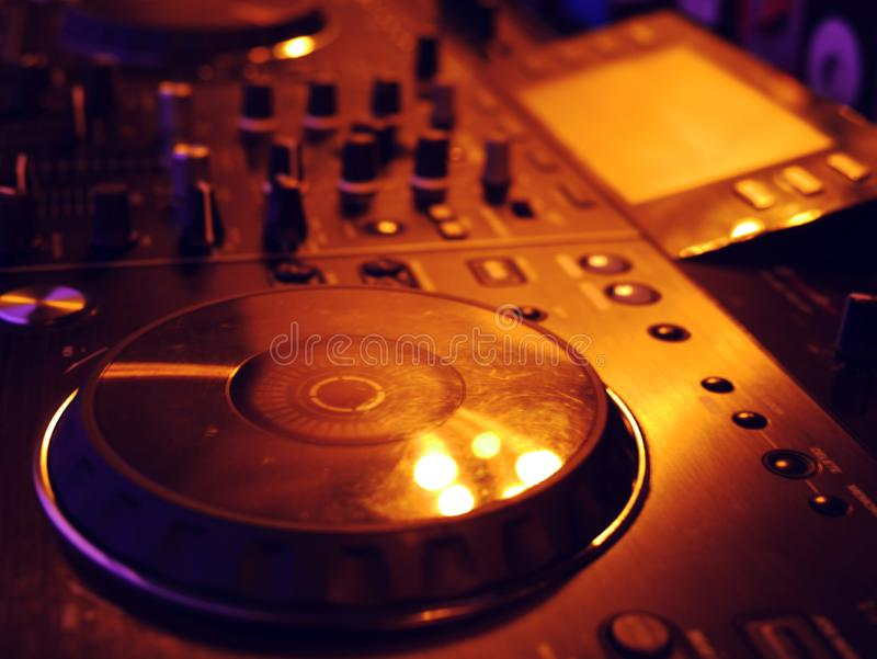 Rozsądny miesza konsola szczegół, zakończenie w górę DJ fachowa muzyczna konsola Szeroka kąt fotografia czarny rozsądnego melanże obrazy royalty free