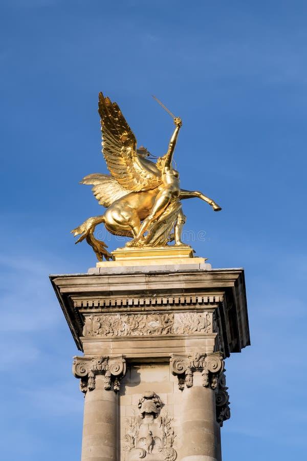Rozsławia krępujący pegaza na Pont Alexandre III - Paryż, Francja fotografia stock