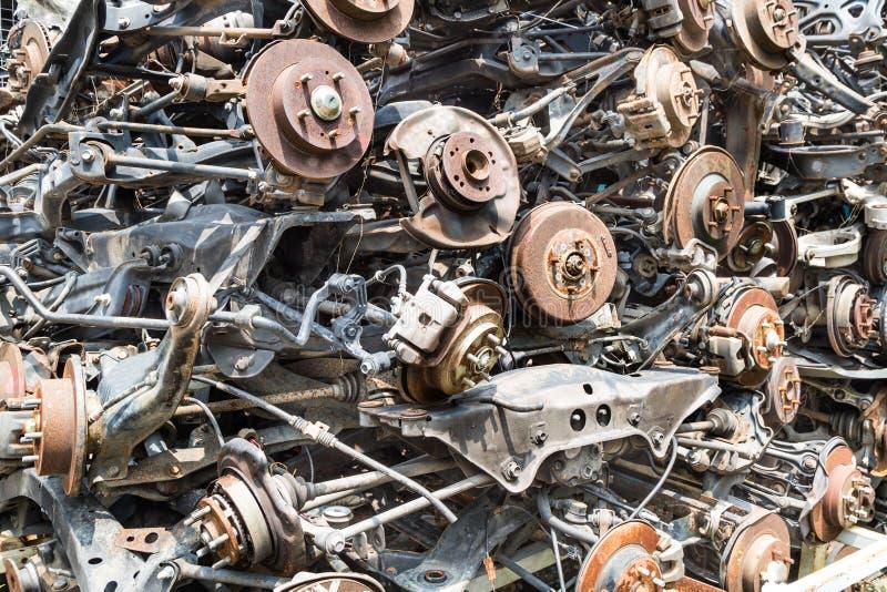 Rozsypiska używać stare auto dyska i bębenu hamulca części zdjęcie stock