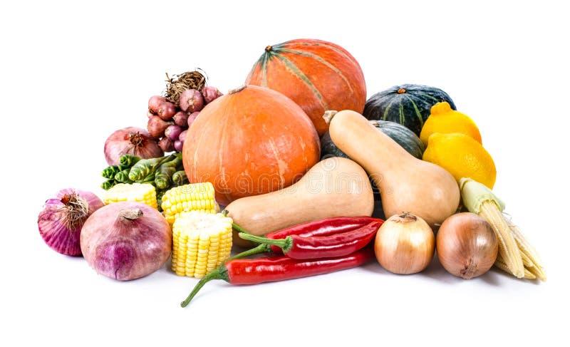Rozsypisko świezi warzywa odizolowywający na bielu obraz royalty free