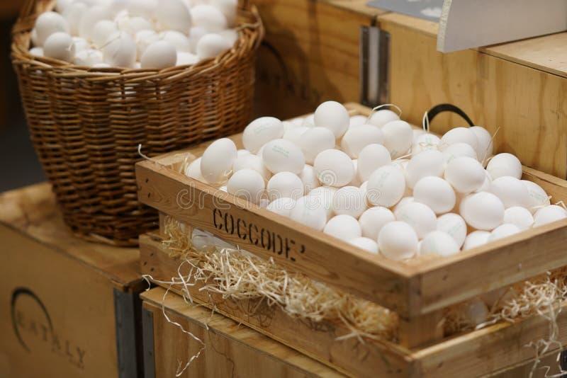 Download Rozsypisko biali jajka zdjęcie stock editorial. Obraz złożonej z ostrość - 106916428