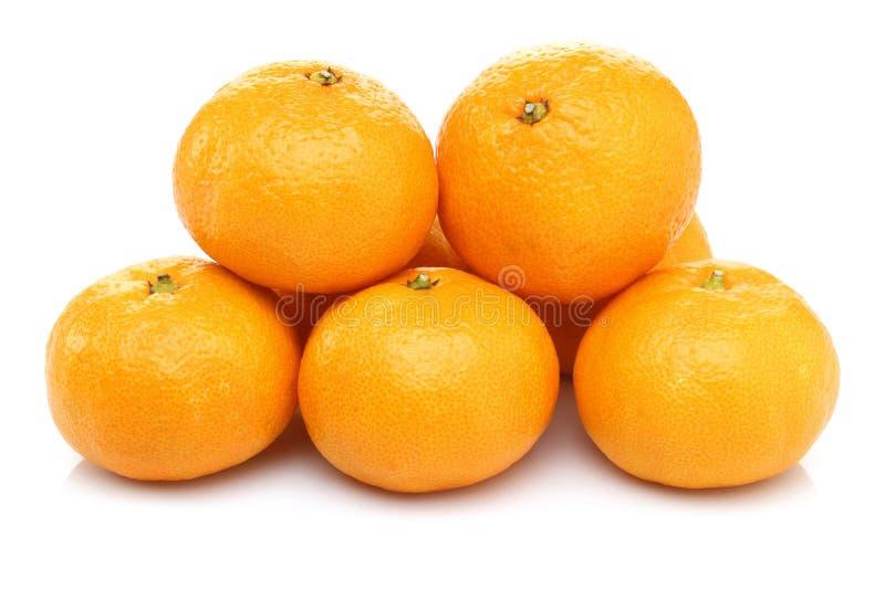 Rozsypisko całe mandarynek owoc odizolowywać na bielu obrazy royalty free