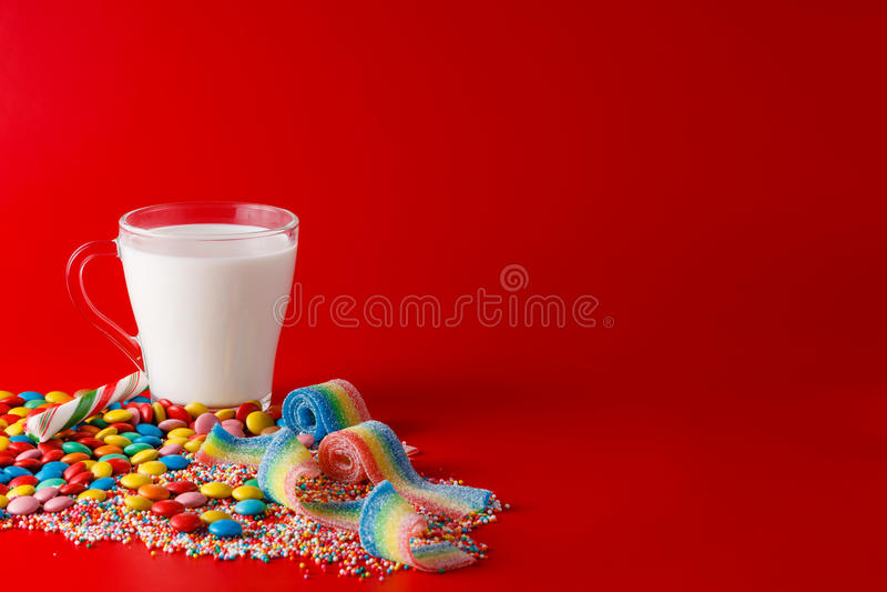Rozsypisko cukierki na czerwonym tle obrazy stock