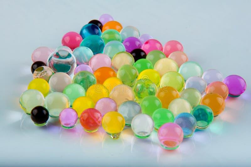 Rozsypisko hydrożel piłki kłaść na białym tle obrazy royalty free