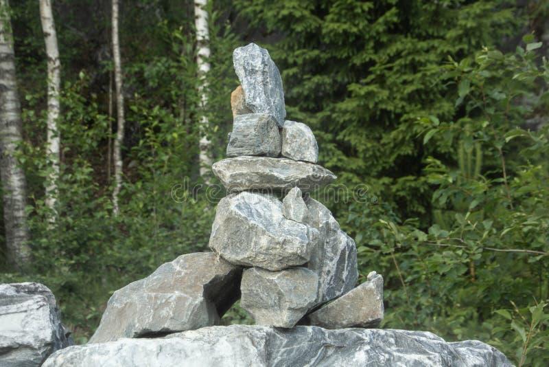 Rozsypisko kamienie nazwany KOPIEC w g?rze Ten sterta wskazuje prawego spos?b zdjęcie royalty free
