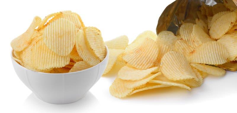 Rozsypisko kartoflani chipsy na białym tle fotografia royalty free
