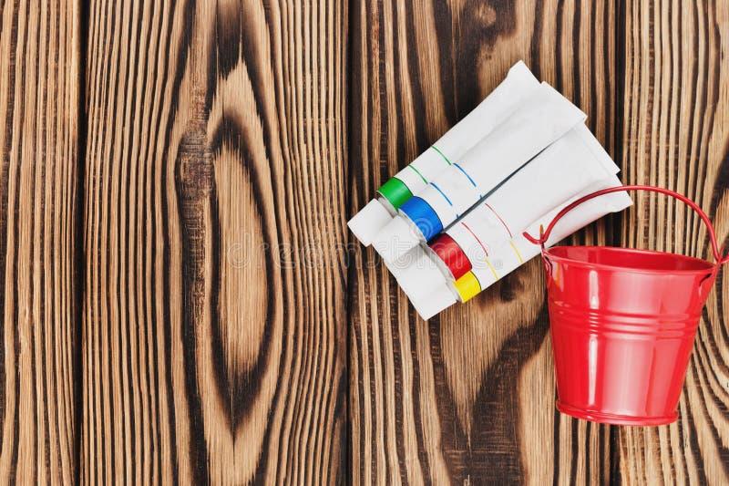 Rozsypisko kolorowe akrylowe farby w zamkniętych zbiornikach i czerwień pustym metalu forsuje zdjęcie stock