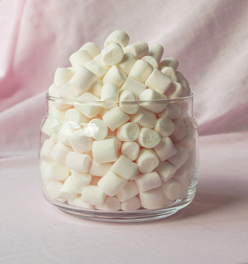 Rozsypisko marshmallows w przejrzystym szklanym słoju zdjęcia royalty free