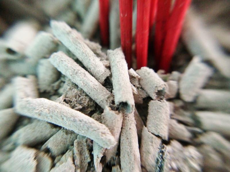 Rozsypisko popióły, czerwony drewniany kadzidło już palił, makro- obrazy royalty free