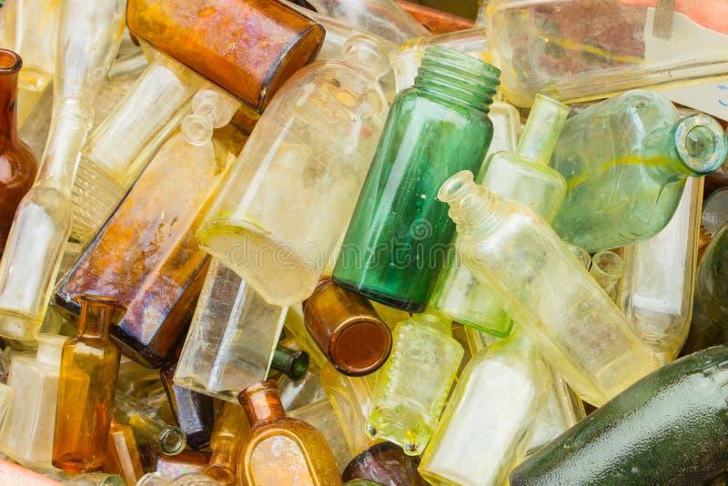 Download Rozsypisko Stary Brudzi Butelki Dla Sprzedaży Przy Bazarem Jako Tło Zdjęcie Stock - Obraz złożonej z stary, pusty: 57654360