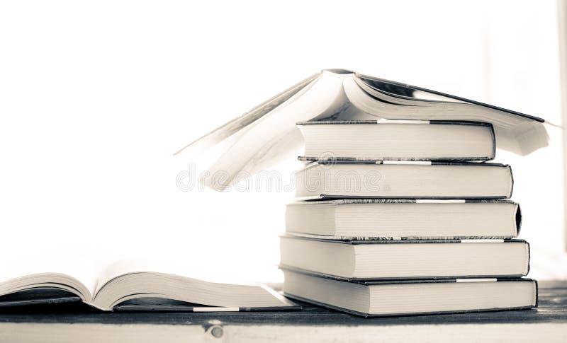 Rozsypisko stos rzadkie książki czytelniczy otwiera książkowego i czerwonego bookmark obraz stock