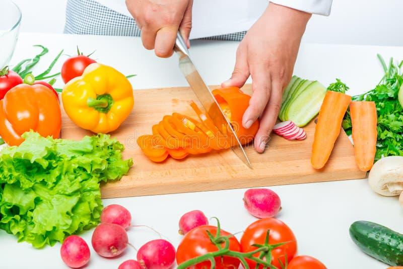 Rozsypisko warzywa przy białym stołem dla smakowitej sałatki zdjęcia stock