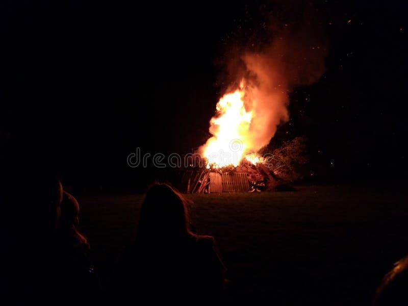 Rozszalały ognisko na zimy ciemnej nocy zdjęcia stock