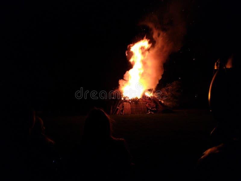 Rozszalały ognisko na zimy ciemnej nocy obrazy royalty free