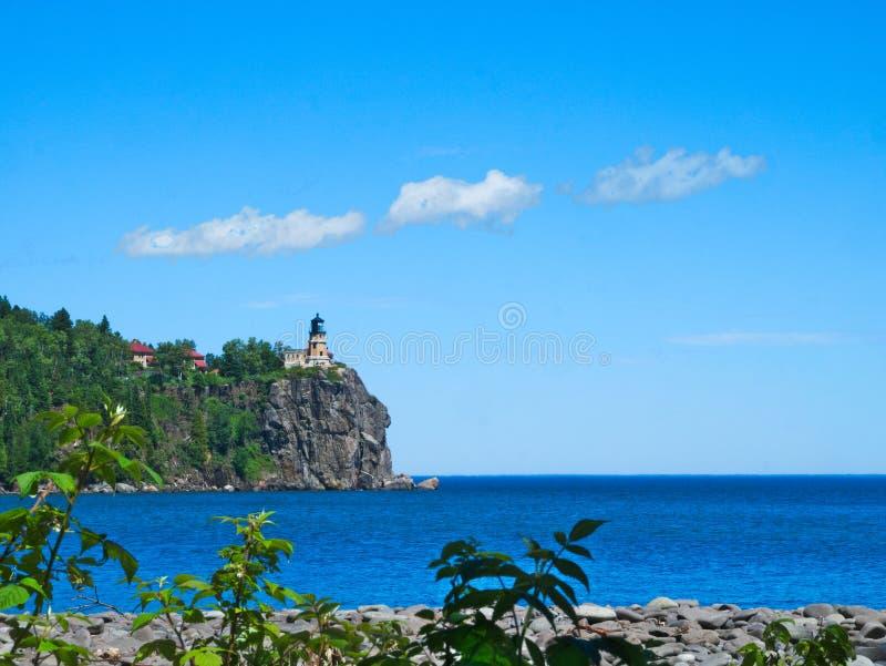 Rozszczepiona Rockowa latarnia morska na północnym brzeg Jeziorny przełożony blisko Duluth Minnestoa obraz royalty free