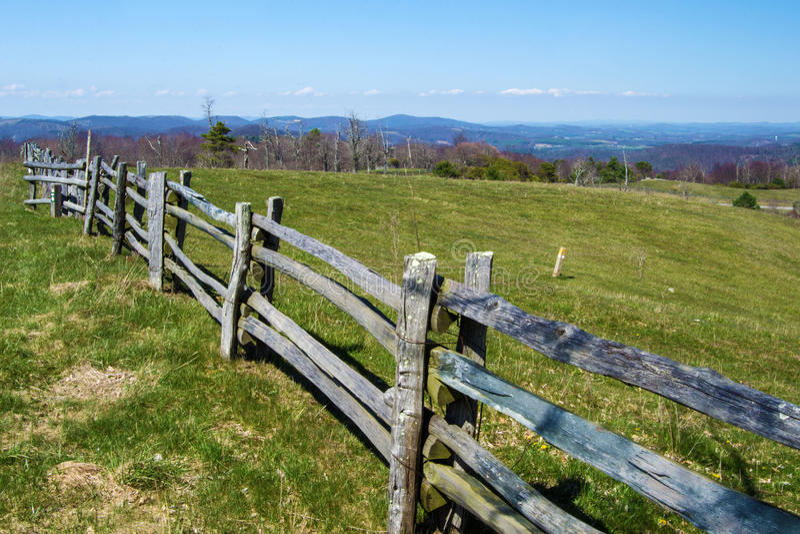 Rozszczepiona Sztachetowego ogrodzenia i góry łąka - Błękitny grani Parkway obrazy royalty free