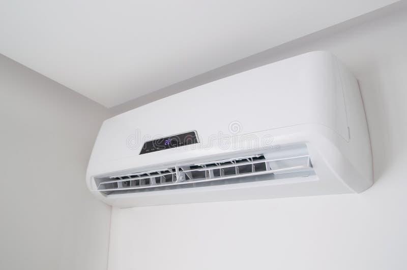 Rozszczepiony lotniczy conditioner na białej ścianie w mieszkaniu indoors fotografia stock