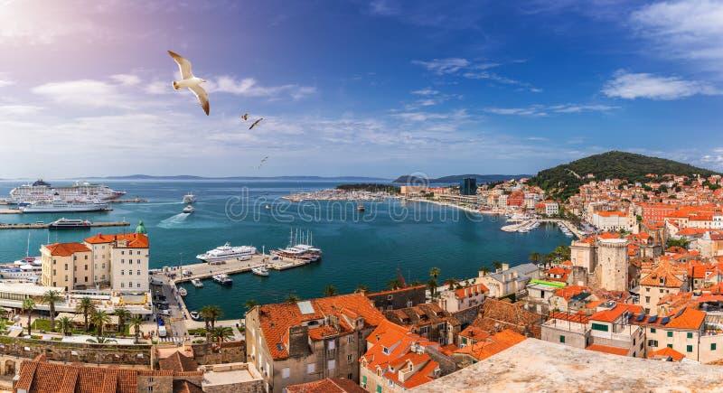 Rozszczepiony nabrzeże i Marjan wzgórze widok z lotu ptaka, Dalmatia, Chorwacja Panoramiczny lato pejzaż miejski stary średniowie zdjęcie royalty free