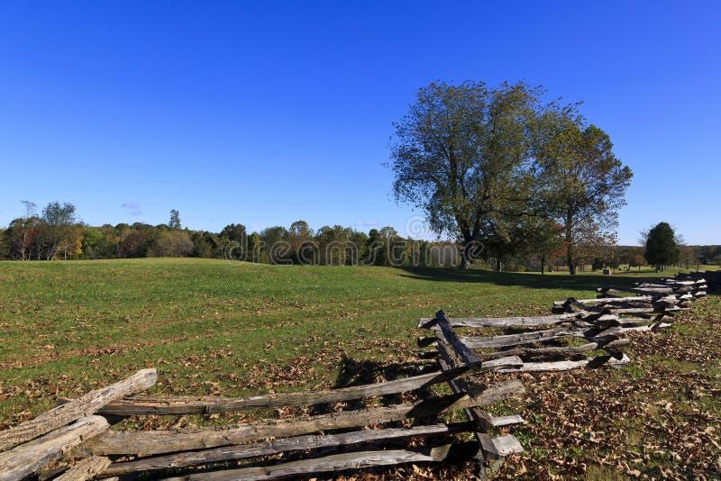 Rozszczepiony Sztachetowy ogrodzenie i pole obraz royalty free