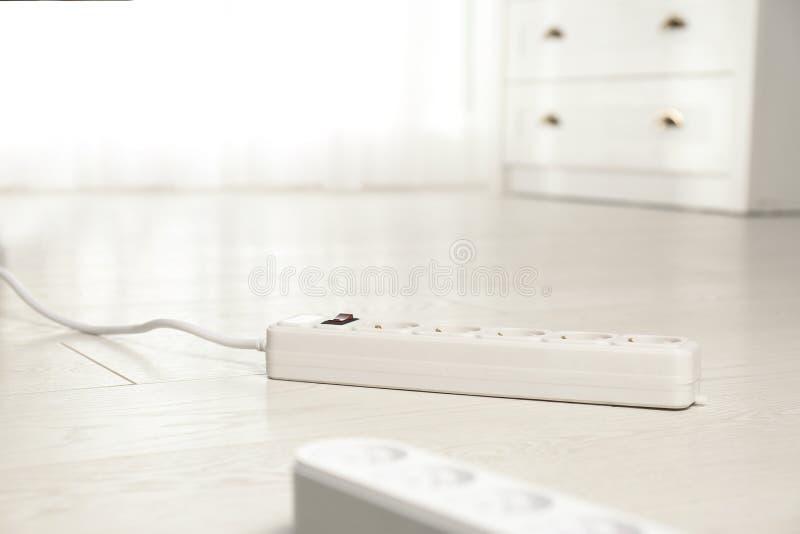 Rozszerzenie sznury na pod?odze indoors, przestrze? dla teksta Elektryka profesjonalista zdjęcia stock