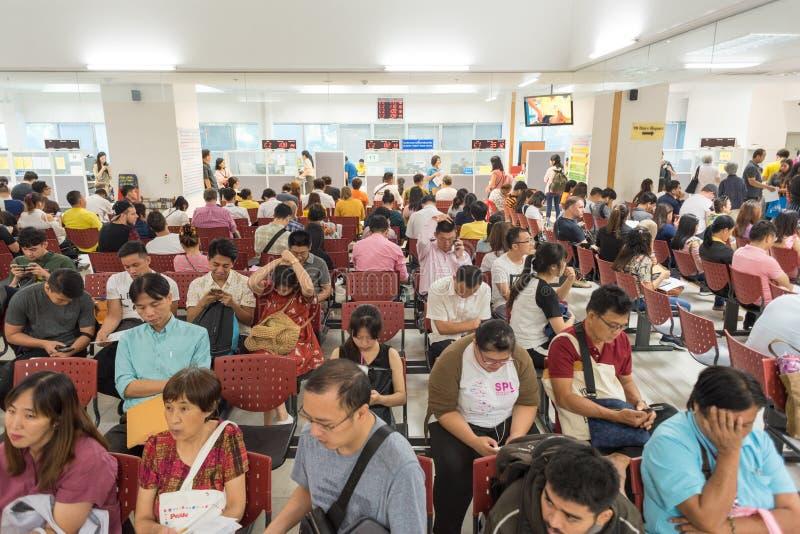 Rozszerzenie wizy i uzyskanie pozwolenia na ponowny wjazd w tle w przepełnionym biurze imigracyjnym Tajlandii obraz stock
