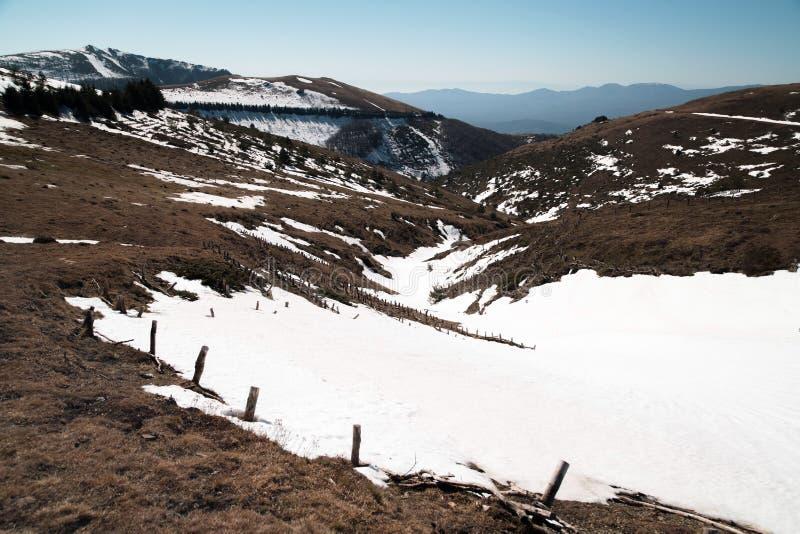 Roztapiająca śnieżna sceneria w górach Wiosna czas w Beklemeto, Stara planina, Bułgaria obraz royalty free