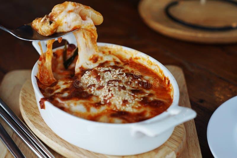 Roztapiający ser na Gratin, makaron piec z banatką, serem i pomidorową pastą, Yummy naczynie ale wysokie kalorie obraz stock