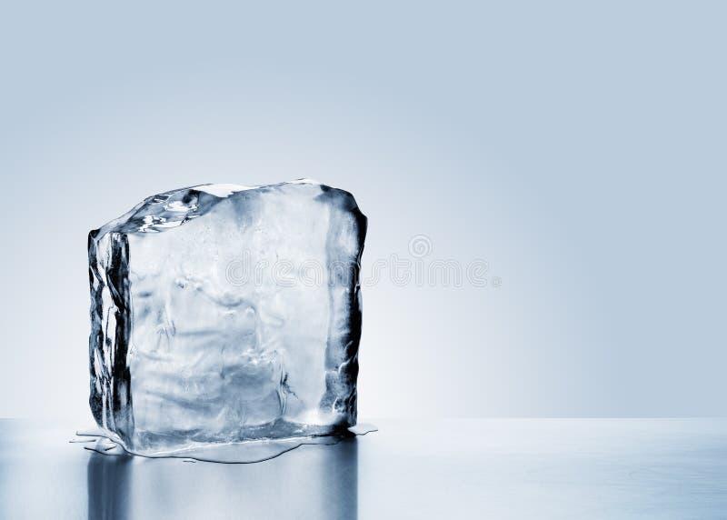 Roztapiający zimny błękitny lodowy blok z odbiciem zdjęcia royalty free