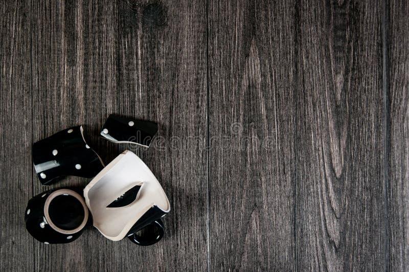 Roztrzaskanie filiżanka kawy na drewnianym tle Zbliżenie, bezpłatna przestrzeń dla teksta zdjęcie royalty free
