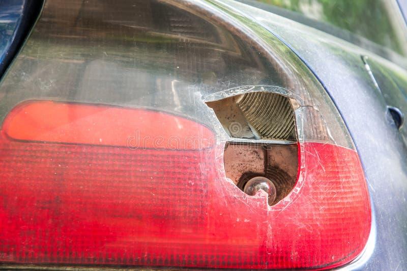 Roztrzaskujący i uszkadzający tylni przerwy światło na błękitnym samochodzie, uszkadzającym wandalami lub w trzaska wypadku zakoń fotografia stock