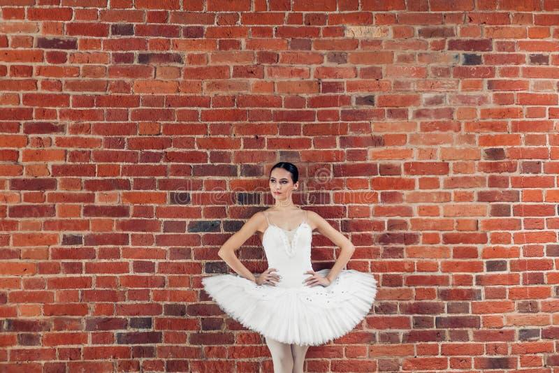 Rozważny poważny tancerz stoi nad loft ścianą w moda stroju obrazy royalty free