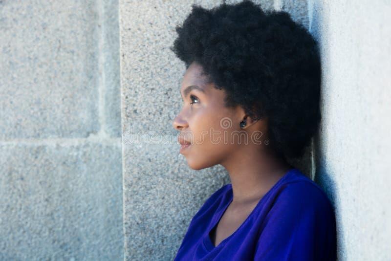 Rozważna amerykanin afrykańskiego pochodzenia kobieta fotografia royalty free